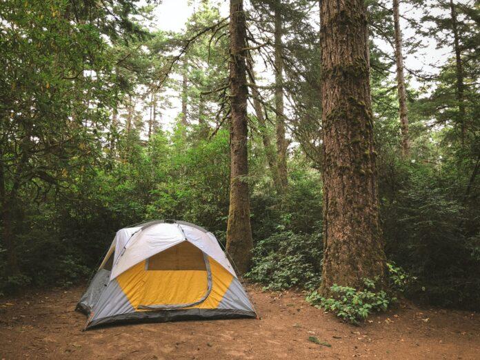 wakacyjne biwakowanie pod namiotem