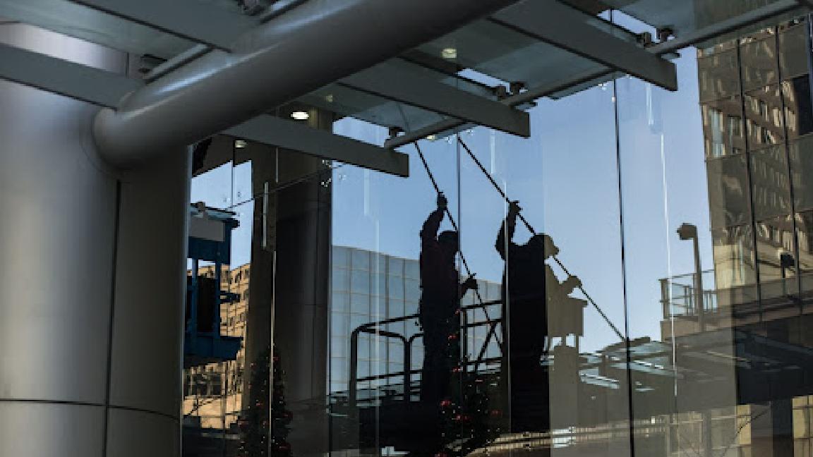 bezpieczne mycie okien